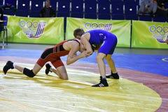 Orenburg, Rusland 16 16 Maart, het jaar van 2017: De jongens concurreren in vrij slag het worstelen Stock Afbeelding