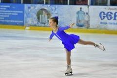 Orenburg, Rusland - Maart 25, het jaar van 2017: De meisjes concurreren in kunstschaatsen Stock Afbeeldingen
