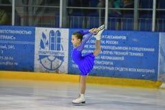 Orenburg, Rusland - Maart 25, het jaar van 2017: De meisjes concurreren in kunstschaatsen Stock Afbeelding