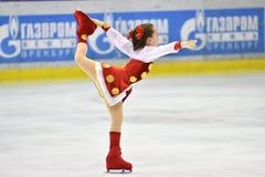 Orenburg, Rusland - Maart 25, het jaar van 2017: De meisjes concurreren in kunstschaatsen Stock Fotografie