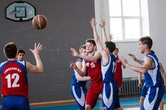 Orenburg, Rusland - 15 Mei 2015: De jongens spelen basketbal Royalty-vrije Stock Afbeeldingen