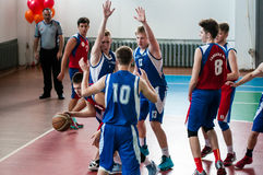 Orenburg, Rusland - 15 Mei 2015: De jongens spelen basketbal Stock Afbeeldingen