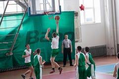 Orenburg, Rusland - 15 Mei 2015: De jongens spelen basketbal Stock Afbeelding