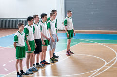 Orenburg, Rusland - 15 Mei 2015: De jongens spelen basketbal Royalty-vrije Stock Foto
