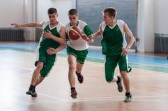 Orenburg, Rusland - 15 Mei 2015: De jongens spelen basketbal Royalty-vrije Stock Fotografie