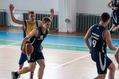 Orenburg, Rusland - 15 Mei 2015: De jongens spelen basketbal Stock Foto's