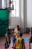 Orenburg, Rusland - 15 Mei 2015: De jongens spelen basketbal Stock Foto