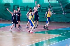 Orenburg, Rusland - 15 Mei 2015: De jongens spelen basketbal Royalty-vrije Stock Foto's