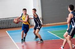 Orenburg, Rusland - 15 Mei 2015: De jongens spelen basketbal Royalty-vrije Stock Afbeelding