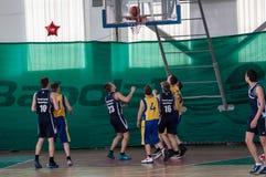 Orenburg, Rusland - 15 Mei 2015: De jongens spelen basketbal Stock Fotografie