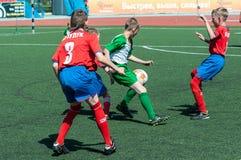Orenburg, Rusland - 31 Mei 2015: De jongens spelen voetbal Stock Fotografie