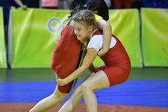 Orenburg, 5 Rusland-Mei, het jaar van 2017: De meisjes concurreren in vrij slag het worstelen stock afbeelding