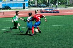 Orenburg, Rusland - 31 Mei 2015: Jongens en meisjesspelvoetbal Royalty-vrije Stock Foto's
