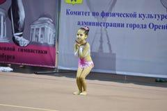 Orenburg, Rusland - November 25, het jaar van 2017: de meisjes concurreren in ritmische gymnastiek Stock Afbeeldingen
