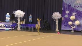 Orenburg, Rusland - November 25, het jaar van 2017: de meisjes concurreren in ritmische gymnastiek uitvoeren oefeningen met sport stock footage