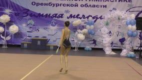 Orenburg, Rusland - November 25, het jaar van 2017: de meisjes concurreren in ritmische gymnastiek uitvoeren oefeningen met sport stock videobeelden
