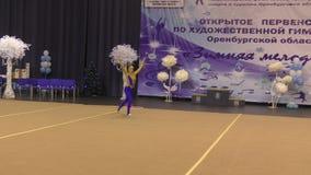 Orenburg, Rusland - November 25, het jaar van 2017: de meisjes concurreren in ritmische gymnastiek uitvoeren oefeningen met sport stock video