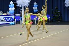 Orenburg, Rusland - November 25, het jaar van 2017: de meisjes concurreren in ritmische gymnastiek uitvoeren oefeningen met sport Stock Fotografie