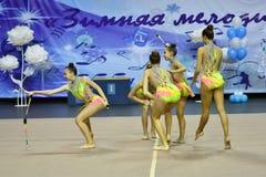 Orenburg, Rusland - November 25, het jaar van 2017: de meisjes concurreren in ritmische gymnastiek uitvoeren oefeningen met sport Stock Afbeelding
