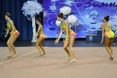 Orenburg, Rusland - November 25, het jaar van 2017: de meisjes concurreren in ritmische gymnastiek uitvoeren oefeningen met sport Royalty-vrije Stock Foto