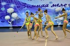 Orenburg, Rusland - November 25, het jaar van 2017: de meisjes concurreren in ritmische gymnastiek uitvoeren oefeningen met sport Royalty-vrije Stock Fotografie