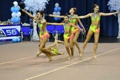 Orenburg, Rusland - November 25, het jaar van 2017: de meisjes concurreren in ritmische gymnastiek uitvoeren oefeningen met sport Stock Foto's