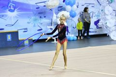 Orenburg, Rusland - November 25, het jaar van 2017: het meisje voert oefeningen met gymnastiek- hoepel in ritmische gymnastiek ui Stock Foto