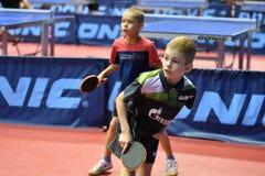 Orenburg, Rusland - September 15, het jaar van 2017: Jongens die pingpong spelen Stock Afbeelding