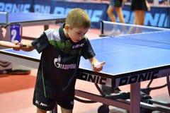 Orenburg, Rusland - September 15, het jaar van 2017: Jongens die pingpong spelen Stock Afbeeldingen