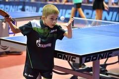 Orenburg, Rusland - September 15, het jaar van 2017: Jongens die pingpong spelen Royalty-vrije Stock Afbeeldingen