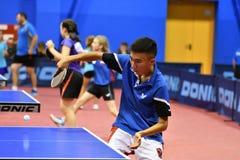 Orenburg, Rusland - September 15, het jaar van 2017: Jongens die pingpong spelen Stock Foto's
