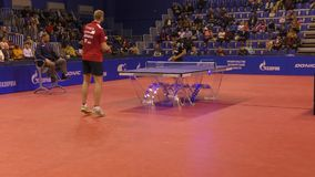 Orenburg, Rusland - September 28, 2017 jaar: de jongen concurreert in het spelpingpong stock video