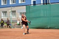 Orenburg, Russia - 15 agosto 2017 anno: giocar a tennise della ragazza Immagine Stock Libera da Diritti