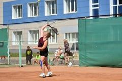 Orenburg, Russia - 15 agosto 2017 anno: giocar a tennise della ragazza Fotografia Stock Libera da Diritti