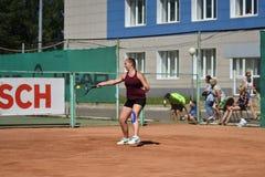 Orenburg, Russia - 15 agosto 2017 anno: giocar a tennise della ragazza Fotografia Stock