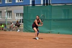 Orenburg, Russia - 15 agosto 2017 anno: giocar a tennise della ragazza Fotografie Stock Libere da Diritti