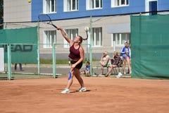 Orenburg, Russia - 15 agosto 2017 anno: giocar a tennise della ragazza Fotografie Stock