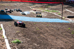 Orenburg, Russia - 20 agosto 2016: Gli sport del modello dell'automobile dei dilettanti fanno concorrenza sulla pista fuori strad Fotografia Stock