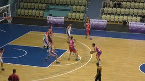 Orenburg, Russia - anno dei 13-16 giugno 2019: Gli uomini giocano la pallacanestro archivi video