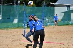 Orenburg, Russia, anno dei 9-10 giugno 2017: Ragazza che gioca beach volley Fotografia Stock