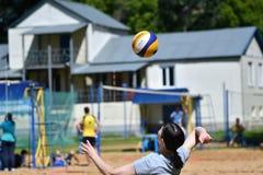 Orenburg, Russia, anno dei 9-10 giugno 2017: Ragazza che gioca beach volley Fotografie Stock