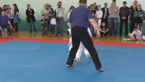 Orenburg, Russia - 7 aprile 2019 anno: I ragazzi fanno concorrenza nel karatè stock footage