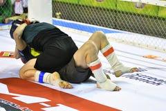 Orenburg, Russia - 18 febbraio 2017 anno: I combattenti fanno concorrenza in arti marziali miste Fotografie Stock
