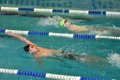 Orenburg, Russia - 13 novembre 2016: I ragazzi fanno concorrenza nel nuoto sulla parte posteriore Fotografie Stock