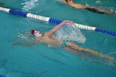 Orenburg, Russia - 13 novembre 2016: I ragazzi fanno concorrenza nel nuoto sulla parte posteriore Fotografia Stock