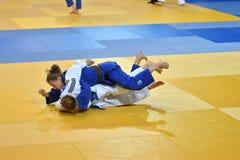 Orenburg, Russia - 21 ottobre 2016: Le ragazze fanno concorrenza nel judo Fotografia Stock