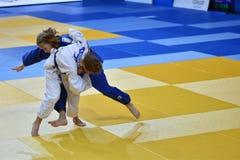 Orenburg, Russia - 21 ottobre 2016: Le ragazze fanno concorrenza nel judo Immagine Stock Libera da Diritti