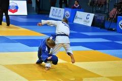 Orenburg, Russia - 21 ottobre 2016: Le ragazze fanno concorrenza nel judo Immagine Stock