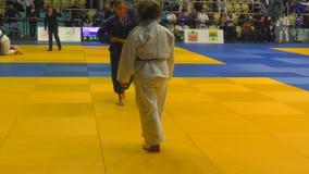 Orenburg, Russia - 21 ottobre 2017: Le ragazze fanno concorrenza nel judo al torneo tutto russo di judo fra i ragazzi e le ragazz video d archivio
