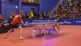 Orenburg, Russia - 28 settembre 2017 anni: il ragazzo fa concorrenza nel ping-pong del gioco video d archivio